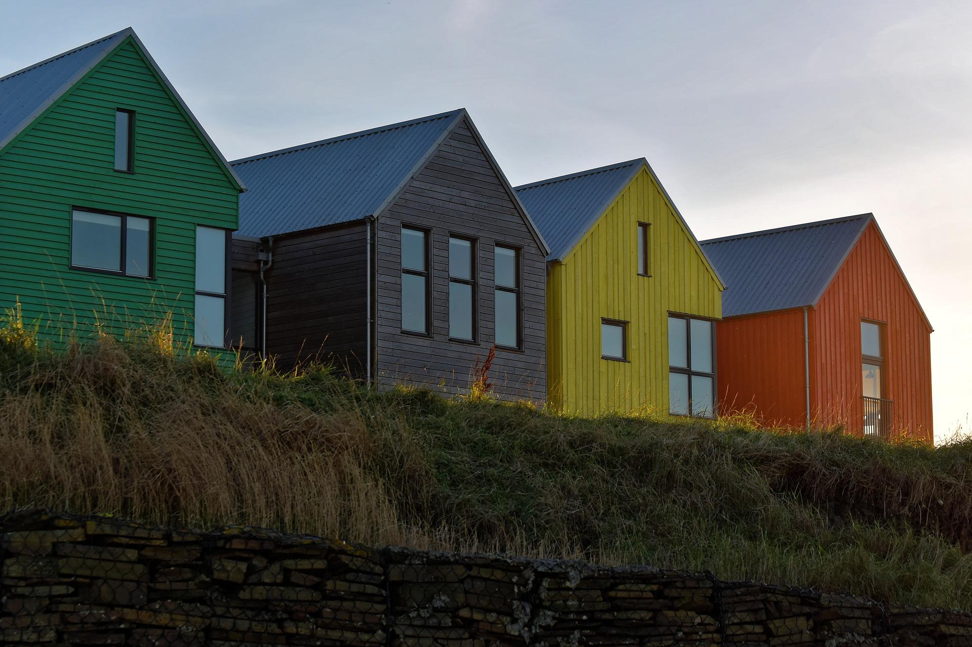 pakeiskite-savo-namo-spalva-mediniu-namu-dazymo-patarimai